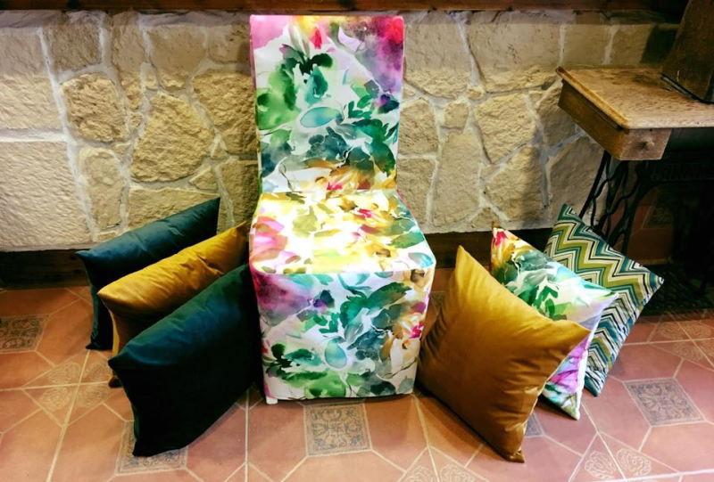 Samettiset verhoilukankaat toimivat tyynynpäällisinä ja monessa muussa kohteessa